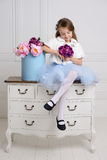 Meisje bij haar huis Stock Foto's