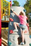 Meisje bij het beklimmen van muur Stock Fotografie