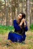Meisje bij het bos Stock Afbeeldingen