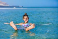 Meisje bij het Dode Overzees, Israël royalty-vrije stock fotografie