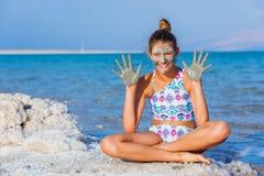 Meisje bij het Dode Overzees, Israël royalty-vrije stock foto