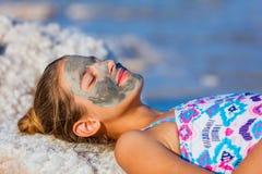 Meisje bij het Dode Overzees, Israël stock foto's