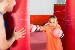 Meisje bij het in dozen doen opleiding bij gymnastiek op ponsenzak royalty-vrije stock fotografie