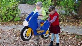 Meisje bij het houten motor spelen met zuster stock footage
