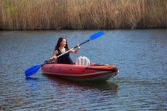 Meisje bij het kayaking Royalty-vrije Stock Afbeelding