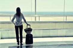 Meisje bij het luchthavenvenster royalty-vrije stock foto
