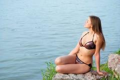 Meisje bij het meer royalty-vrije stock afbeeldingen