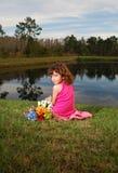 Meisje bij het meer royalty-vrije stock foto's