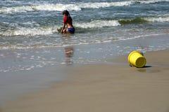 Meisje bij het strand Stock Afbeeldingen