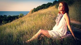 Meisje bij heuvel in zonsopgang stock afbeelding