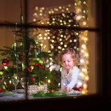 Meisje bij Kerstmisdiner stock afbeelding