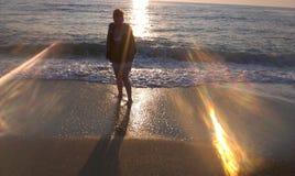 Meisje bij kust Stock Foto's