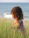 Meisje bij oceaan Stock Foto's