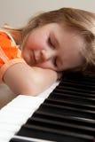 Meisje bij piano Stock Foto's
