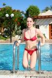 Meisje bij pool royalty-vrije stock afbeeldingen