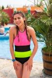 Meisje bij pool die een goede tijd hebben stock afbeeldingen