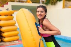 Meisje bij pool die een goede tijd hebben, die met rubbervlotter spelen royalty-vrije stock foto's