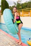 Meisje bij pool die een goede tijd hebben, die met rubbervlotter spelen royalty-vrije stock fotografie