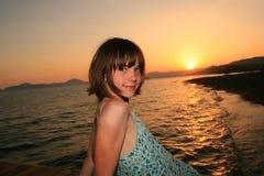 Meisje bij reeks van zon Stock Afbeeldingen