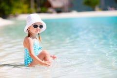 Meisje bij strand royalty-vrije stock afbeeldingen