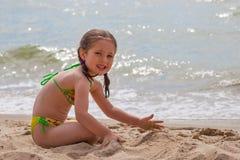 Meisje bij strand Stock Afbeelding