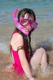 Meisje bij strand het snorkelen royalty-vrije stock fotografie