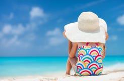 Meisje bij tropisch strand Stock Afbeeldingen