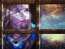 Meisje bij venster in regen Stock Afbeelding