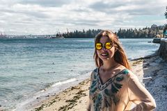 Meisje bij Zeedijk in Vancouver, BC, Canada Royalty-vrije Stock Foto