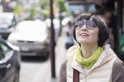Meisje bij zonnige straat Stock Foto