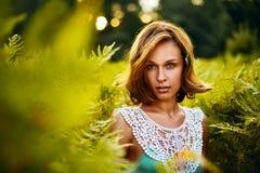 Meisje bij zonsondergang in Varens Royalty-vrije Stock Afbeeldingen