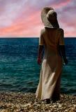 Meisje bij zonsondergangoverzees Royalty-vrije Stock Foto