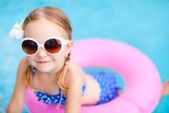 Meisje bij zwembad royalty-vrije stock afbeelding
