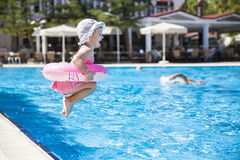 Meisje bij zwembad Royalty-vrije Stock Afbeeldingen