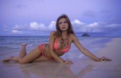 Meisje in bikini bij het strand Stock Foto's