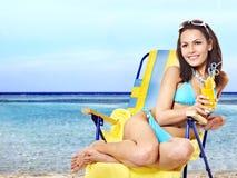 Meisje in bikini het drinken cocktail. Stock Afbeeldingen