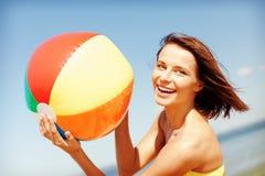 Meisje in bikini het spelen bal op het strand Royalty-vrije Stock Foto's
