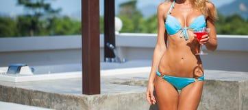 Meisje in bikini met cocktail dichtbij Jacuzzi Royalty-vrije Stock Fotografie