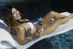 Meisje in bikini op een vlot in een pool royalty-vrije stock afbeeldingen