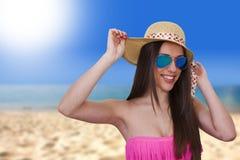 Meisje in bikini op strand stock fotografie