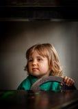 Meisje binnen een stuk speelgoed auto Stock Afbeeldingen