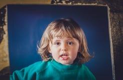 Meisje binnen een stuk speelgoed auto Royalty-vrije Stock Afbeeldingen