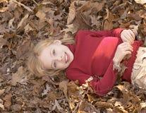 Meisje in bladeren royalty-vrije stock foto's