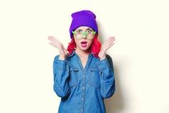 Meisje in blauw overhemd, purpere hoed en groene glazen Stock Fotografie