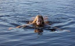 Meisje in blauw water royalty-vrije stock fotografie