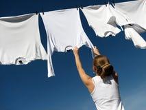 Meisje, blauwe hemel en witte wasserij Royalty-vrije Stock Foto's