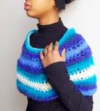 Meisje in blauwe, lichtblauwe en witte wollen sjaal wordt verpakt die Stock Foto's