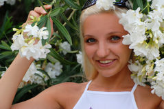 Meisje in bloemen Royalty-vrije Stock Afbeeldingen