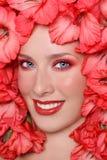 Meisje in bloemen stock afbeelding