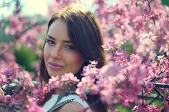 meisje in bloemen van appel royalty-vrije stock afbeelding